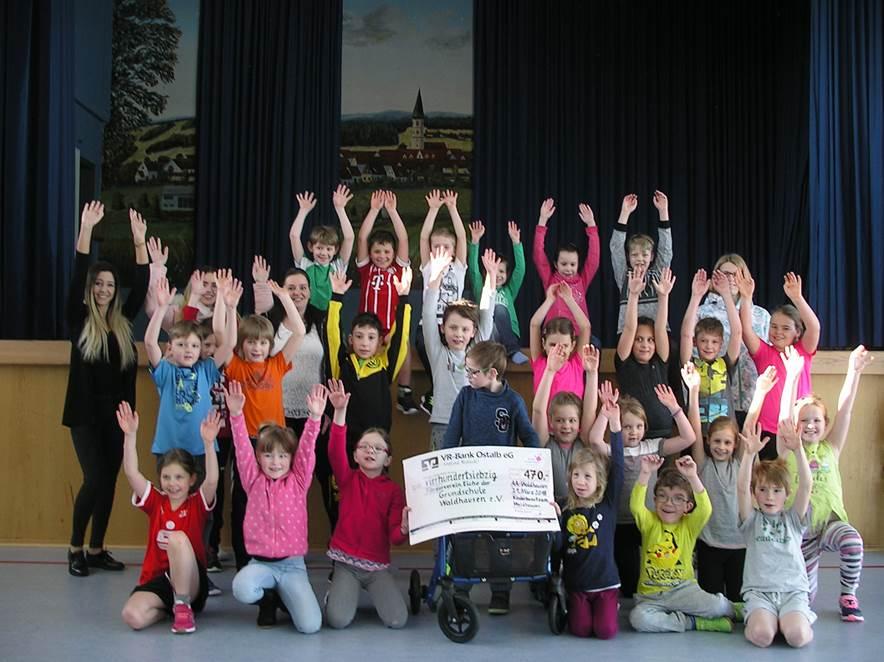 Spendenübergabe an die Grundschule Waldhausen